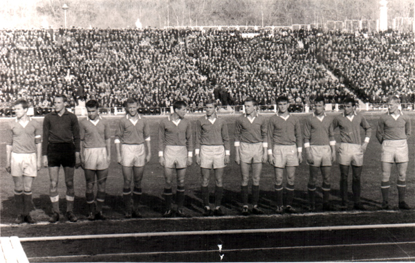 Геннадий Матвеев в бытность игроком хабаровского СКА (третий справа)